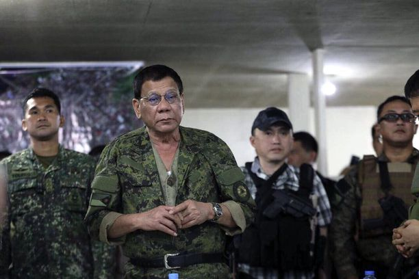 Presidentti Rodrigo Duterte kävi puhumassa Marawissa taisteleville sotilaille torstaina.