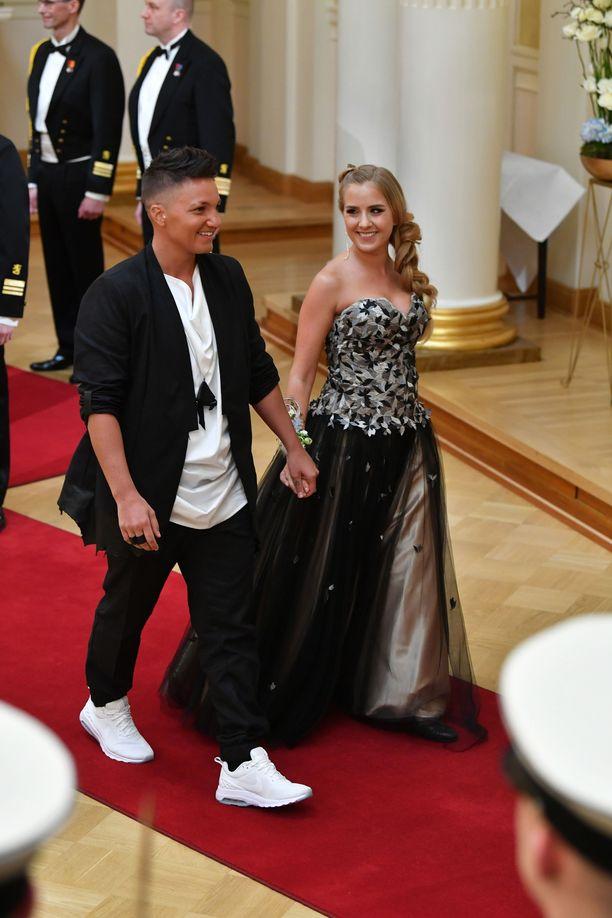 Elina Gustafsson ja Emmi Asikainen saapuivat Linnaan käsi kädessä. Gustafssonin yllä nähtiin sukupuolineutraali nokkosasu.