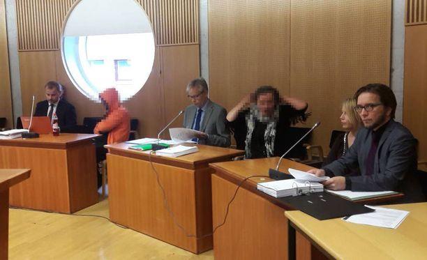 Kuva Pohjois-Savon käräjäoikeudesta elokuussa 2016, jossa luettiin syytteet yhdelle miehelle ja kahdelle naiselle, joita epäiltiin tuolloin osallisuudesta henkirikokseen.