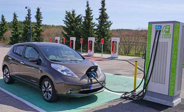 Sähköautolle saa 2000 euron hankintatuen.