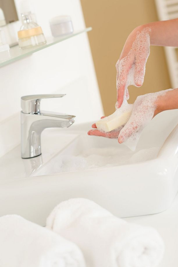 Lääkärien mukaan kynnenaluset saa parhaiten puhtaaksi palasaippuan avulla.
