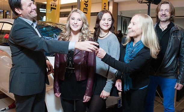 Opel Finlandin toimitusjohtaja Rami Kittilä ojentaa palkintoauton avaimet Mollyn äidille, Minna Rosenströmille. Kuvassa oikealla Mollyn isä Christian Lindblom ja keskellä Mollyn sisko.
