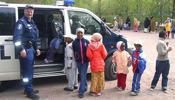 Ylikonsteepeli Timo Ruuska tapaa nuoria kaupunkilaisia Itä-Pasilan kevättapahtumassa 2006.