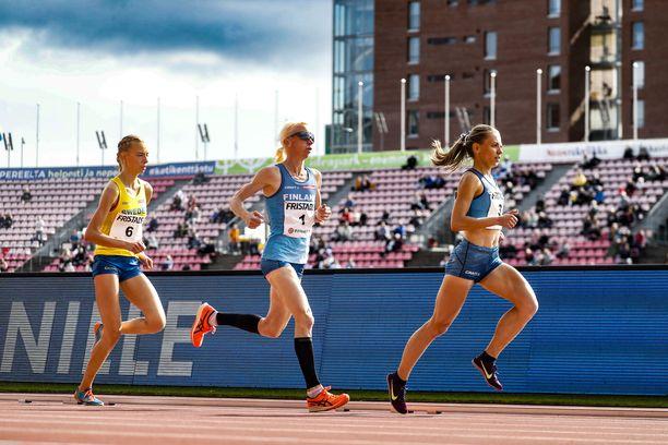 Annemari Kiekara (kesk) sai sunnuntaina maaottelussa 5 000 metrillä käyttää juoksutossuja. Samojen tossujen käyttö kiellettiin lauantaina ennen 10 000 metrin kilpailua.
