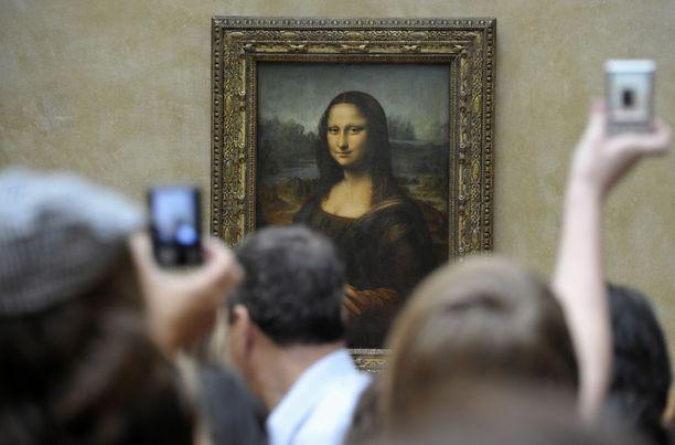 Mona Lisa, joka tunnetaan myös nimillä La Gioconda ja La Joconde, ihastuttaa ihmisiä Louvren taidemuseossa Pariisissa.