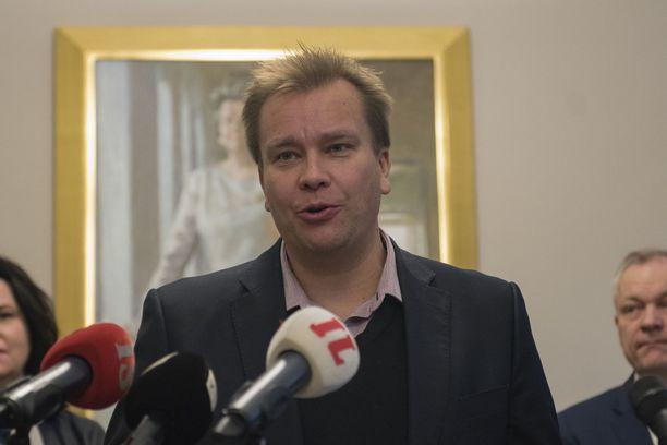 Keskustan eduskuntaryhmän puheenjohtaja Antti Kaikkonen esitteli lähetekeskustelussa kahdeksan eduskuntaryhmän lakialoitteen.