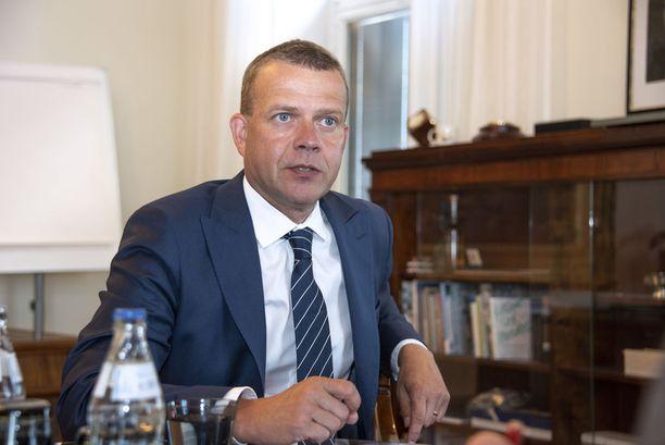 Valtiovarainministeri Petteri Orpo (kok) esitteli budjettiehdotuksena 8.8. Orpo harmittelee sitä, että työttömyyden kova ydin sulaa niin hitaasti.