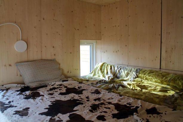 Sadan euron vuokrakodin yläkertaan mahtuu tarvittaessa jopa neljä nukkujaa.