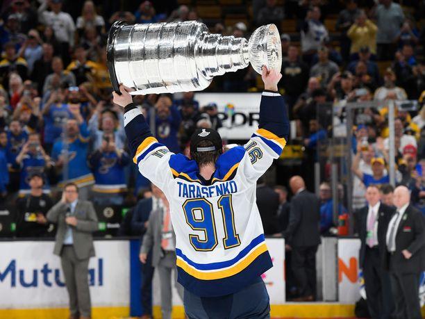 Vladimir Tarasenko pääsi juhlimaan ensimmäistä Stanley Cupiaan 7. finaalin jälkeen Bostonissa.