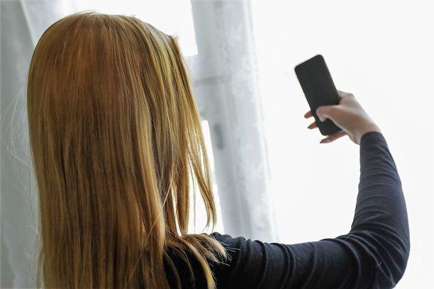 Lainvastaiset kuvat hyväksikäyttäjä sai uhrilta itseltään tytön puhelimen välityksellä. Kuvituskuva, joka ei liity tapaukseen.