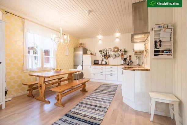 Keittiön kaapinovet on maalattu sekä työtaso ja liesituuletin uusittu.