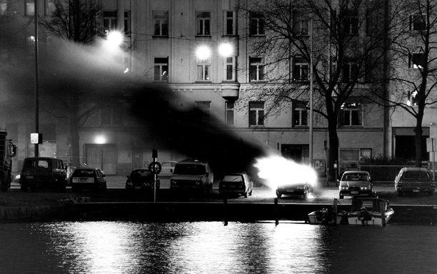 Auto roihahti tuleen Hakaniemen sillan kupeessa neljältä vappuaamuna 1990. Jonkun yksityinen vappukokkoko, kysyttiin jutussa.