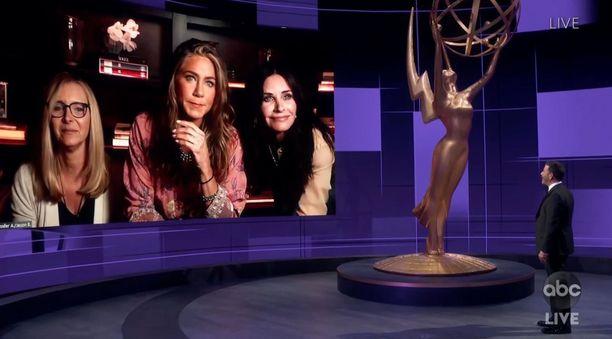 Frendit-tähdet yllättivät yleisön. Kuvassa Lisa Kudrow, Jennifer Aniston, Courteney Cox ja Jimmy Kimmel.