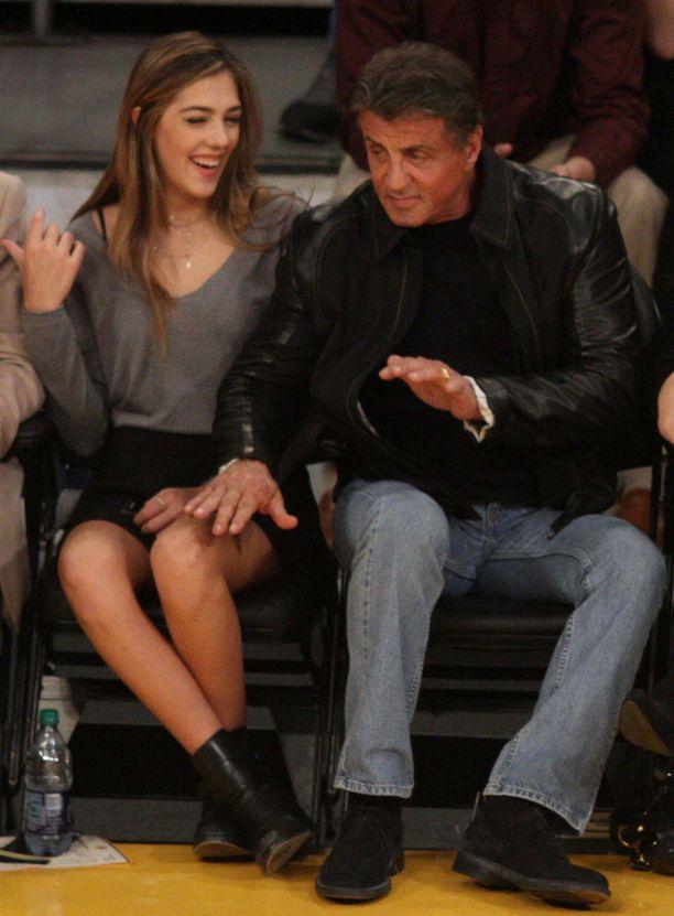 Esikoinen Sophia istui isänsä vieressä.