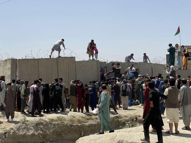 Kabulin lentokentällä on täysi kaaos, eikä maasta pääse tällä hetkellä pois kaupallisilla lennoilla.