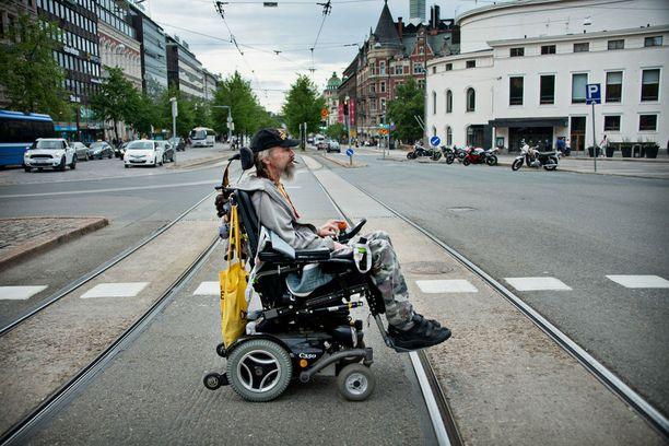 Wiki Wikman on sairastanut MS-tautia parikymmentä vuotta. Pyörätuolilla hän on liikkunut viimeiset kymmenen vuotta.