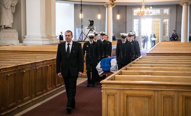 Koiviston arkku kannettiin aamulla Helsingin tuomiokirkkoon.