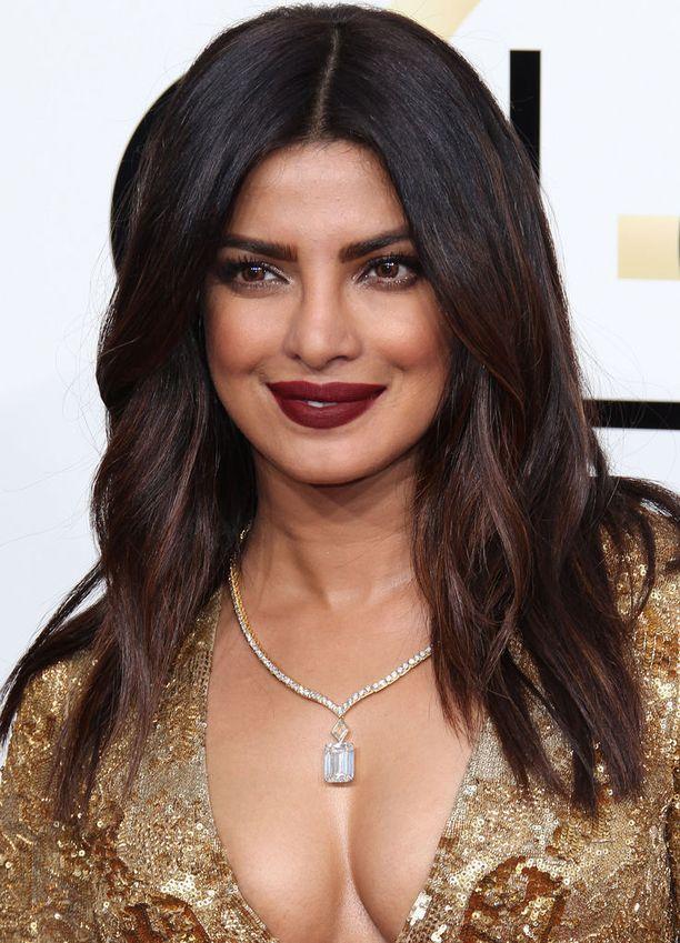 Priyanka Chopran meikissä huomio kiinnittyi syvänpunaiseen huulimeikkiin.