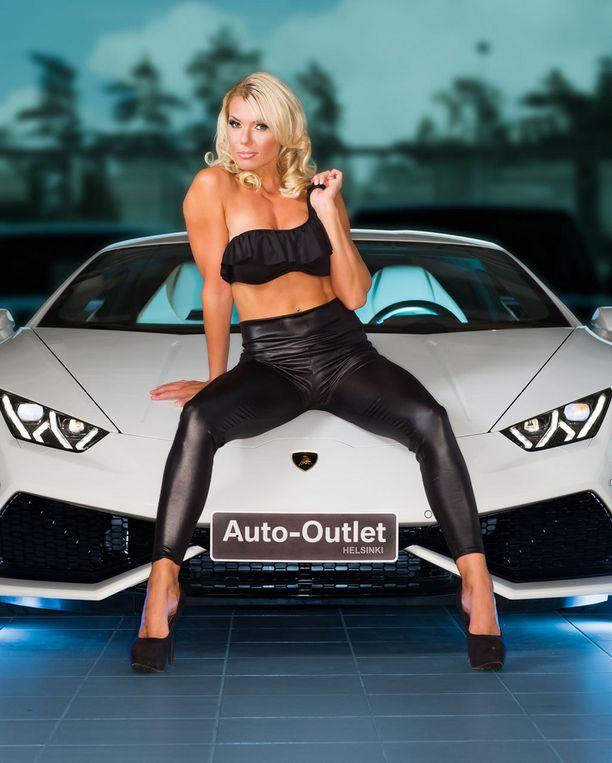 Henna Peltonen myös juontaa Car Babe -kisan.