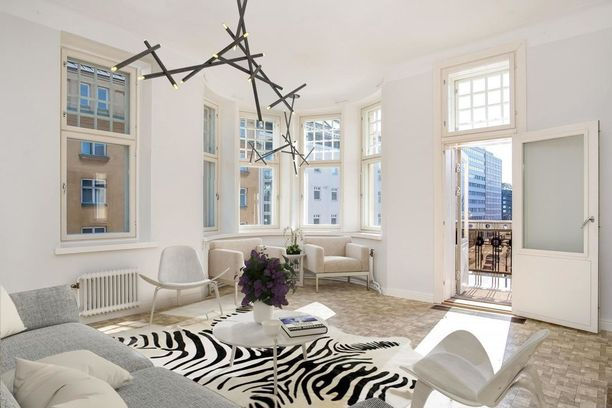Olohuoneessa on näyttävä erkkeri, joka tuo kotiin valoa.