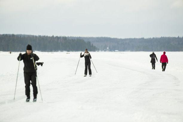 Pohjois-Suomessa pitää varautua napakkaan pakkaseen. Etelä-Suomessa on lauhempaa, mutta lämpötila pysyy kuitenkin selkeästi pakkasen puolella.