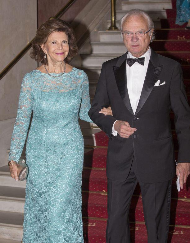Kuningatar Silvia edustuu usein hymy huulillaan, kuningas Kaarle Kustaa on totisempi.