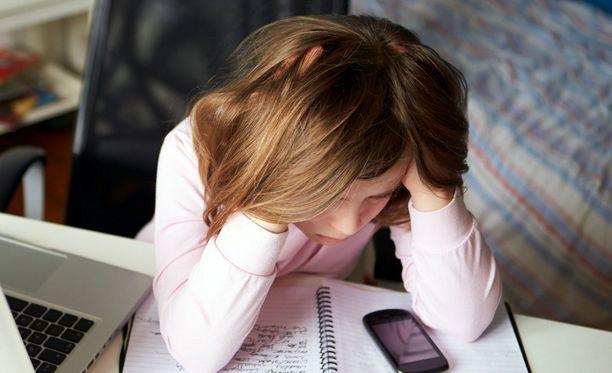Kun kiusattu kärsii sosiaalisessa mediassa tapahtuvasta kiusaamisesta, hänen reaktionsa jäävät muilta usein piiloon.