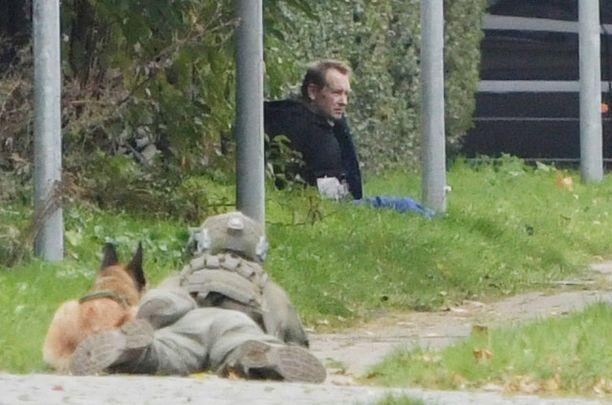 Peter Madsen poliisien ympäröimänä Albertslundissa Tanskassa.
