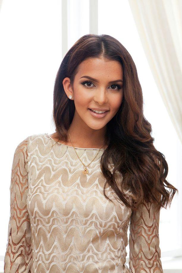 Upean pukunsa hän oli hankkinut Dubaista. – Suurlähettiläs oli hyvin ylpeä, kun voitin Miss Suomen kruunun, Sara muisteli.