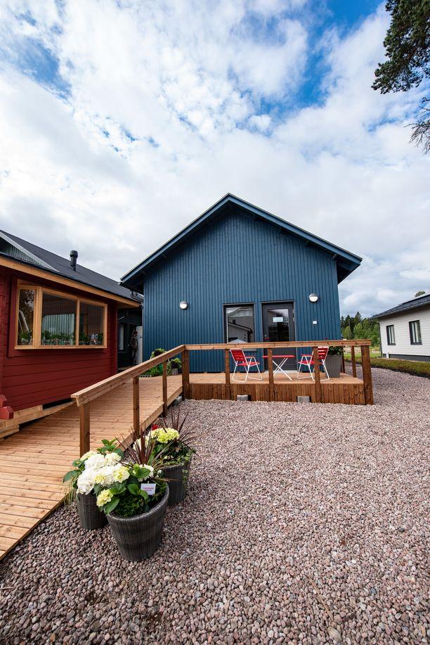 Asuntoon on esteetön pääsy. Punainen mökki edustalla on yrttihuone. Talot on rakentanut Elementit-E Kouvolasta.