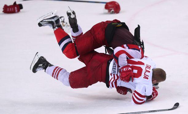Moskovan ZSKA:n pelaaja iski painiotteella kiinni Roope Talajaan.