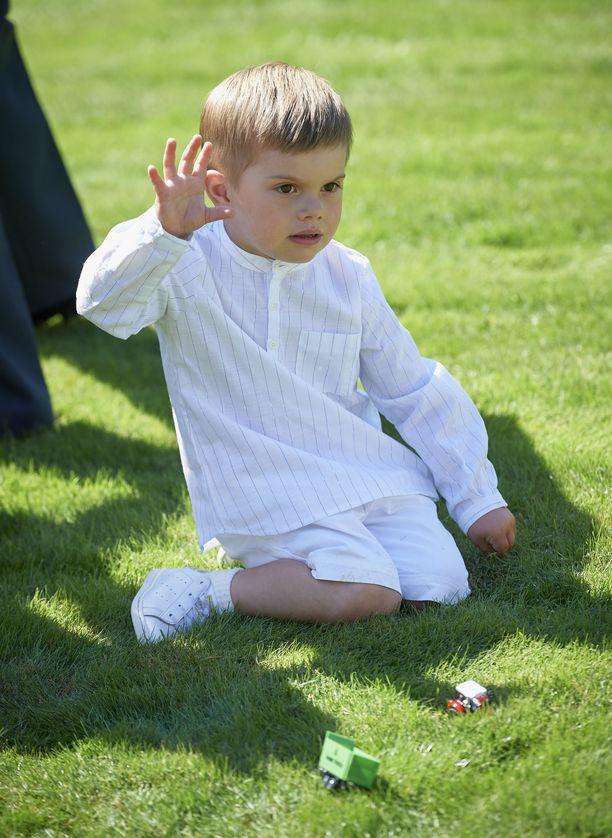Välillä prinssi Oscar leikki pikkuleluilla nurmikolla.