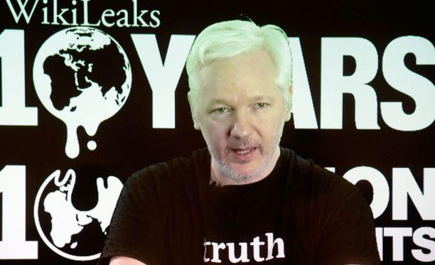Kuvakaappaus videosta, jonka kautta Assange puhui Wikileaksin kymmenvuotisjuhlissa Berliinissä lokakuussa.