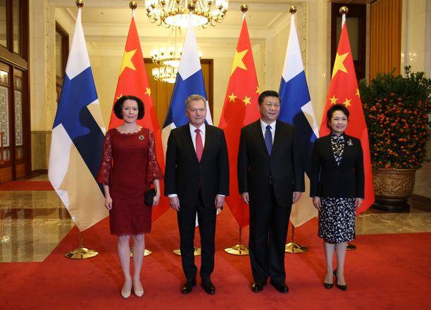 Rouva Jenni Haukio edusti tummanpunaisessa mekossa valtiovierailulla Kiinassa. Punainen väri näkyy myös Kiinan lipussa.
