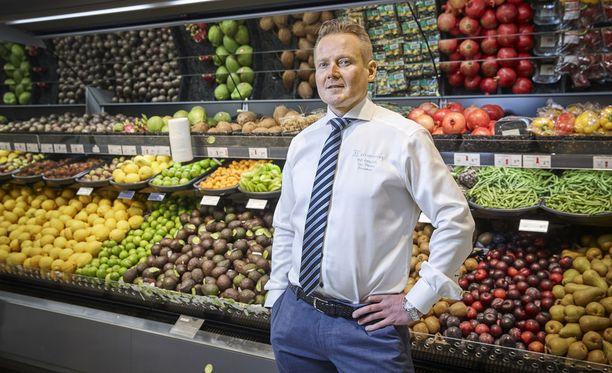 K-kauppias Toni Pokela ei voi ymmärtää Länsimetron johtamistapaa.