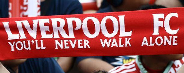 Liverpool-fanit hoilaavat You Never Walk Alonea suosikkijoukkueensa kotipeleissä.