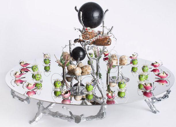 Metsäteemaisen vadin, kalalautasen puisen tarjottimen sekä keraamisen munan on suunnitellut muotoilija Pekka Paikkari.
