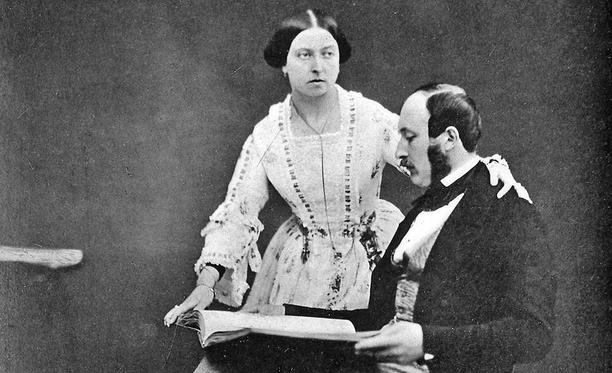 Albert oli luvattu Viktoria-serkulleen puolisoksi jo pikkulapsena. Järjestelystä huolimatta kuningatar ihastui tulevaan aviomieheensä heti, ja avioliitosta tuli onnellinen.