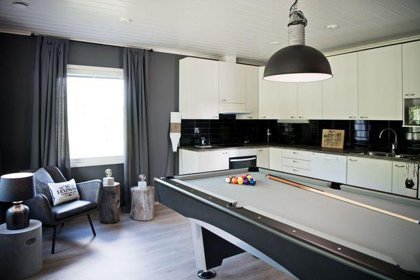Sinkkumiehen kodin erilainen ratkaisu: biljardipöytä korvaa keittiönpöydän.