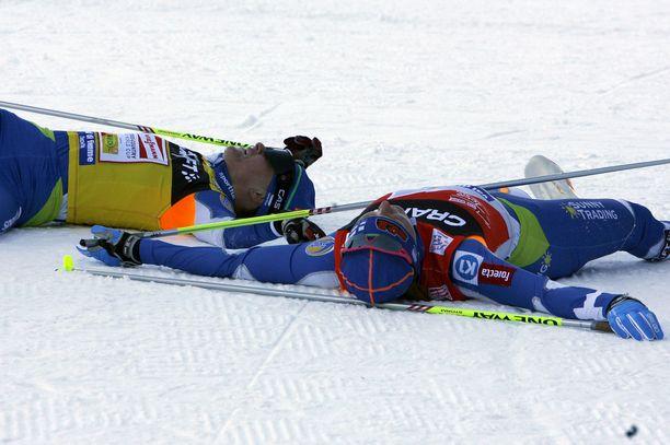 Virpi Kuitunen (edessä) ja Aino-Kaisa Saarinen retkahtivat hankeen Tour de Skin loppunousun jälkeen italialaisessa laskettelukeskuksessa vuonna 2009.