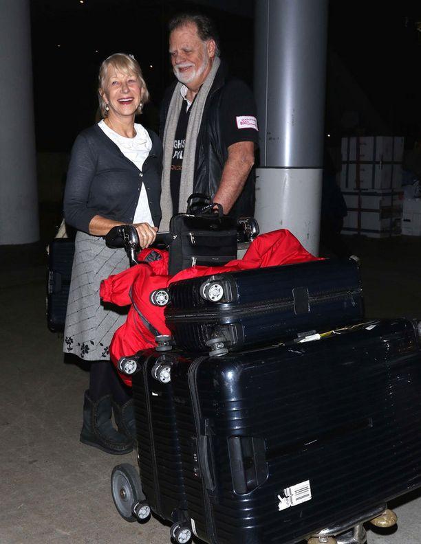 Helenin puoliso, tuottaja ja ohjaaja Taylor Hackford oli mukana lentokentällä.