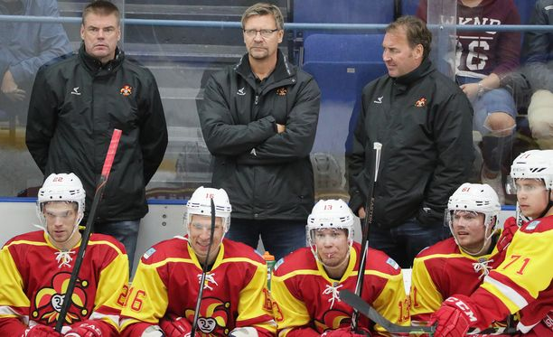 Apuvalmentajat Raimo Helminen (vas.) ja Hannu Virta (oik.) ovat Jukka Jalosen tärkeät aisaparit.