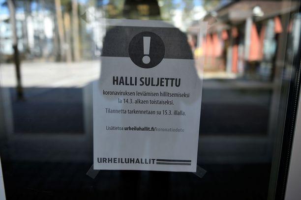 Helsingissä useat urheiluhallit sulkivat viikonloppuna ovensa koronaviruksen takia.