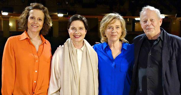 Isabella Rossellini (2. vas.) ja ohjaaja Stig Björkman tapasivat dokumenttia varten muun muassa näyttelijät Sigourney Weaverin (vas.) ja Liv Ullmannin (2. oik.).