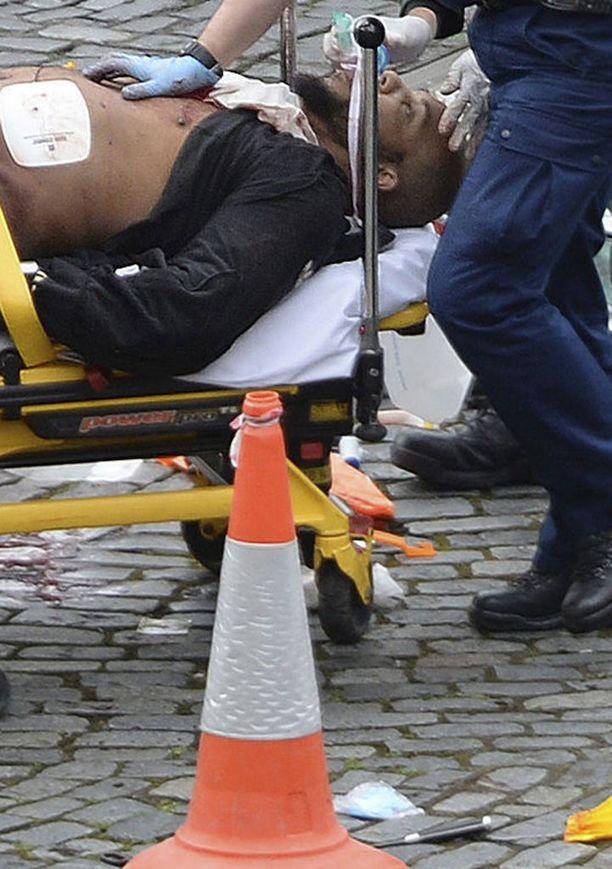 Poliisit surmasivat terroristin ampumalla Britannian parlamentin pihalla.