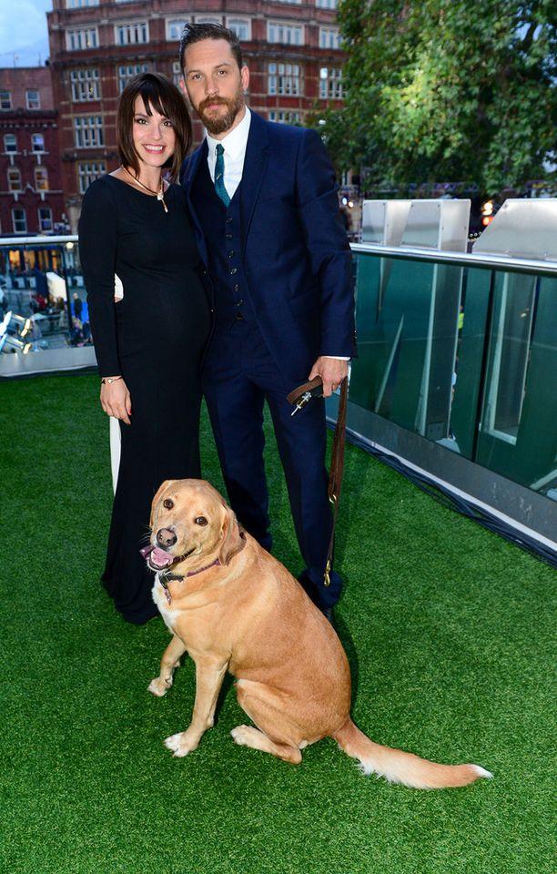 Woody poseerasi perhekuvassa emäntänsä Charlotte Rileyn ja isäntänsä Tom Hardyn kanssa.