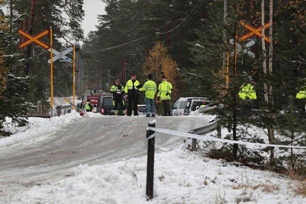 Paikalla on poliisi ja pelastushenkilökuntaa.
