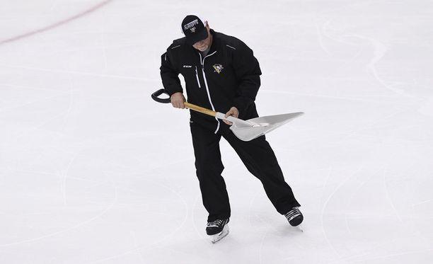 Pittsburghin kotihallin huoltohenkilökunta joutui lapioimaan monnin jäältä.
