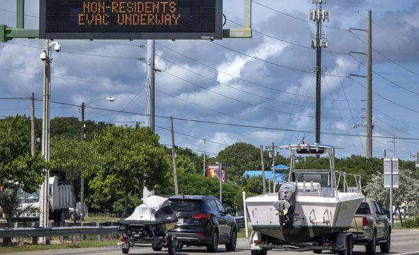 Tuhannet ihmiset ovat jo paenneet hirmumyrsky Irman tieltä Floridassa.
