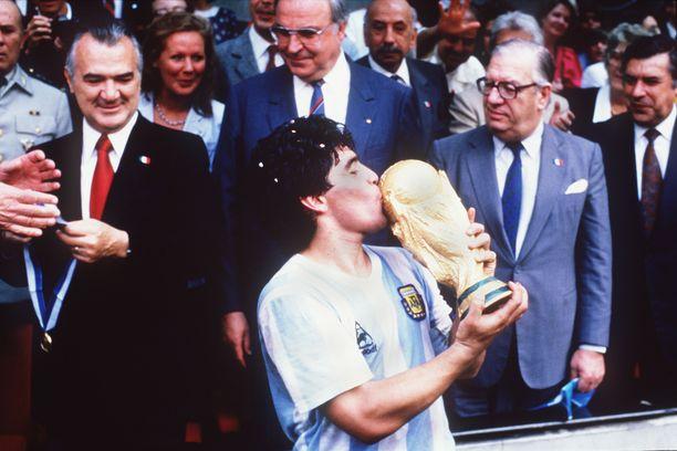 Diego Maradonan uran huippuhetki. Argentiina voitti maailmanmestaruuden Meksikossa vuonna 1986. Loppuottelussa kaatui Länsi-Saksa lukemin 3-2. Joukkueen kapteenina Maradona pääsi ottamaan vastaan mestaruuspokaalin. Taustalla myös  liittokansleri Helmut Kohl.